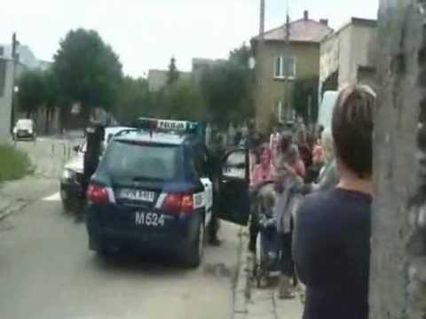 Kozak-zaczepia-policje-i-rozrywa-sobie-koszulke